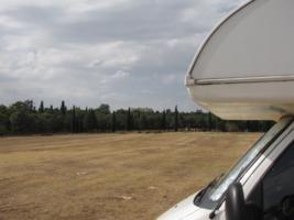 Area sosta camper Parcheggio Castel del Monte, Vista del castello e parziale del parcheggio, 23/08/15